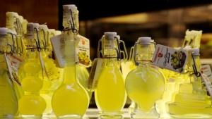 Бутылки ликера лимончелло