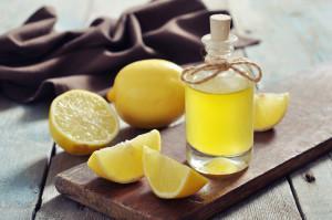 Лимонное эфирное масло в бутылке