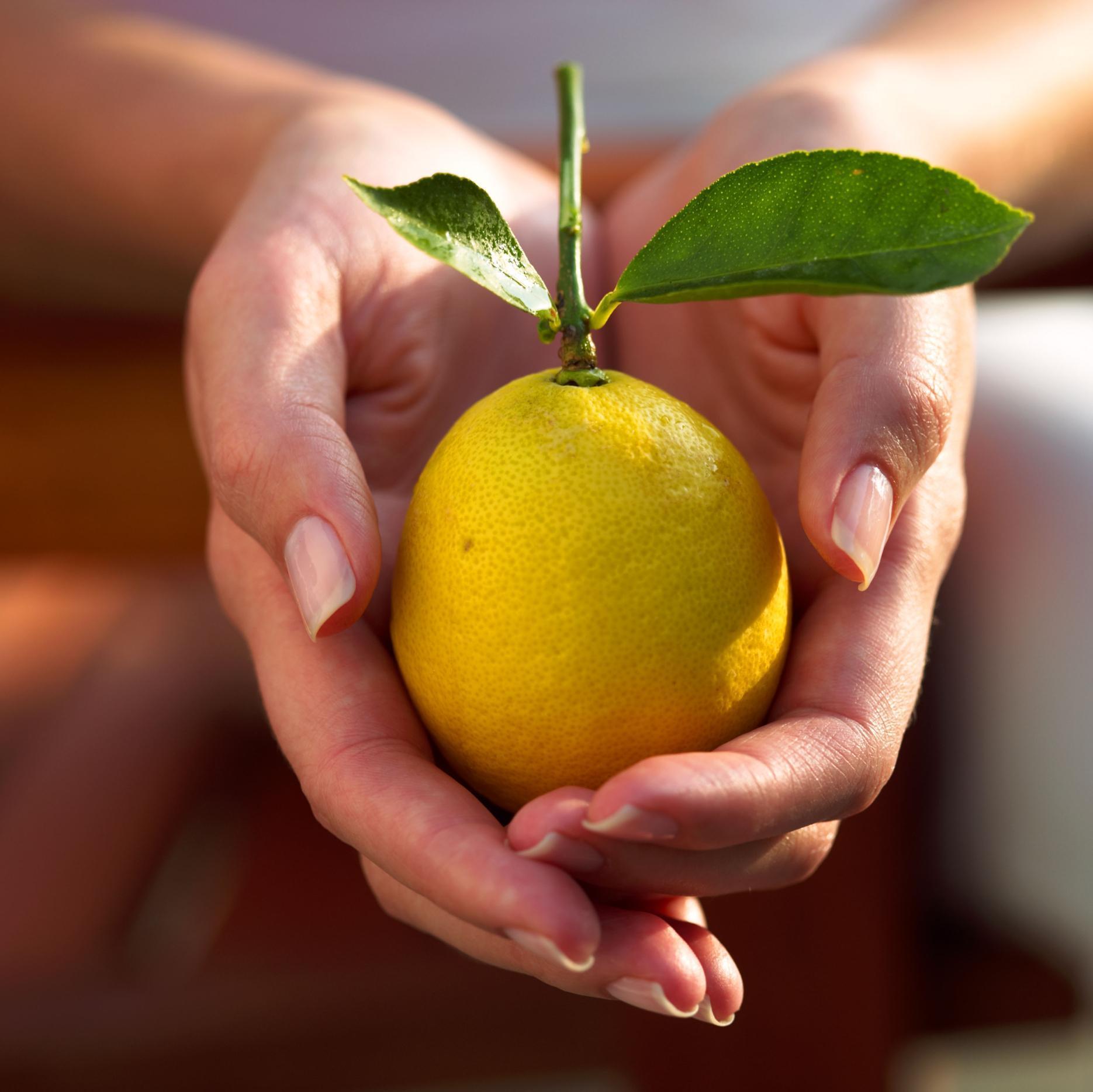 Чтобы предотвратить при транспортировке фруктов развитие на них бактерий, плесени и грибков их поверхность обрабатывают дифенилом, который является канцерогеном.